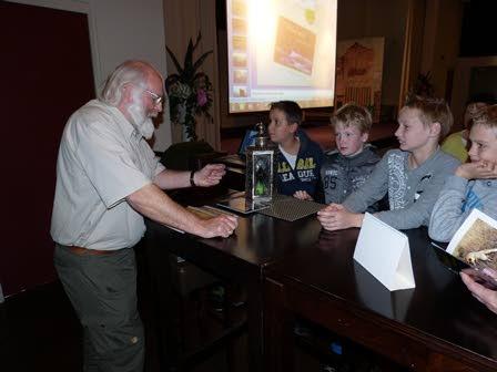 Voorafgaand aan de lezing waren er al veel vragen, waarbij vooral de jeugd goed vertegenwoordigd was. Foto: ©Fransien Fraanje