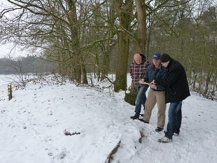 Samen met de Erik van de Berg bekijken Gert Nijburg en Gerrit van Dijk het plan, op de achtergrond is een deel van de Wildwal te zien