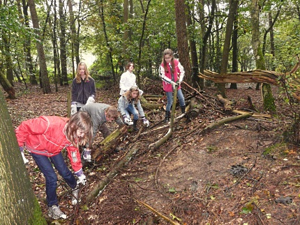 Lunterse schoolkinderen aan het werk bij de Wildwal in Lunteren