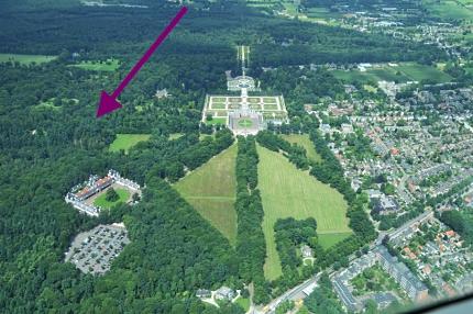 Luchtfoto van Het Loo. De pijl wijst naar de hoogste bomen van Nederland