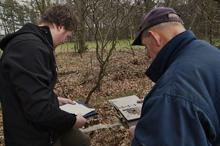 Onderzoeker Erik van den Berg en vrijwilliger Gert Nijburg van de Jac. Gazenbeekstichting bekijken en vergelijken de verkleuringen in het geboorde materiaal (Foto: JGS)