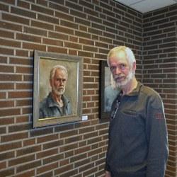 Marius van Dokkum bij zijn zelfportret - Foto: ©Louis Fraanje Marius_en_Marius