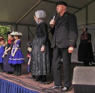De klederdrachtgroep tijdens een optreden