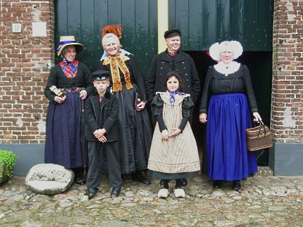 De klederdrachtgroep van Rein Lotterman uit Elspeet in 2006 - Foto: Archief Lotterman (klik om te vergroten)
