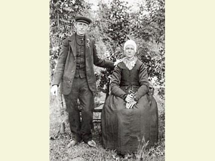 Trouwfoto van Henderikus Fidder en Grietje Doorneweerd (1909) Grietje was de laatste oorijzerdraagster van Nunspeet Foto: Archief Lotterman (klik om te vergroten)