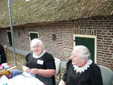 Twee mutsenplooisters uit Oldebroek bij de museumboerderij Foto: Lotterman (2005)
