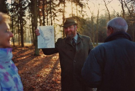 Louis Fraanje met de zojuist ontvangen tekening, geheel links Frans Mensink