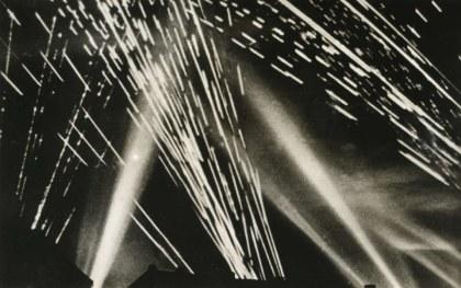 witte meteoren van de lichtspoormunitie (klik om te vergroten)