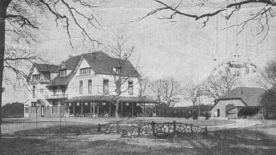 Hotel Wolfhezen, met op de voorgrond het bruggetje waar de moord op Martinus van Beek plaatsvond