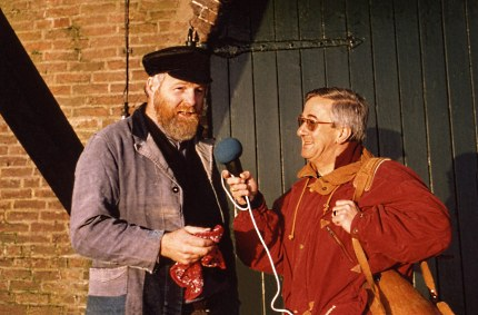 Louis Fraanje en Dick van der Veen – jaren geleden - in het dialectprogramma Kruudmoes (Foto: Archief JGS)