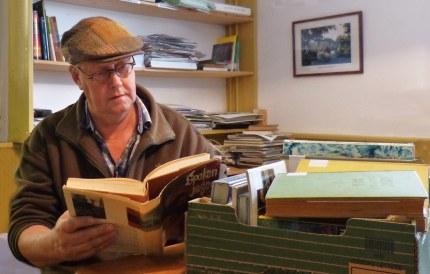 Kees aan het snuffelen in oude boeken (Foto: JGS)