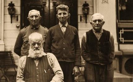 De Landheer met achter hem het driemanschap dat hem zoveel jaren diende. Van links naar rechts: Boswachter Aart Boeschoten, Koetsier Aart Jansen en huisknecht Gijs van Beek (Foto: ©Archief Familie Jansen)