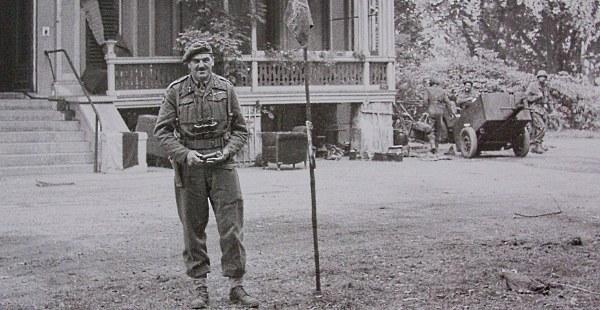 Historische foto van generaal Urquhart bij de villa 'Hartenstein' (1944).