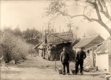 """Eenvoudige mensen wonen er aan de Grift hier bij het boerderijtje """"Kruip onder"""""""