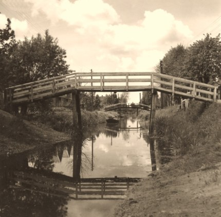 De talloze hoge bruggetjes die toegang geven tot de boerderijen, doen ons herinneren aan het Overijsselse Giethoorn