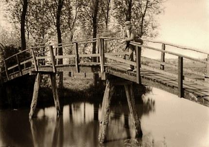 Een van de vele voetbruggen over de Grift