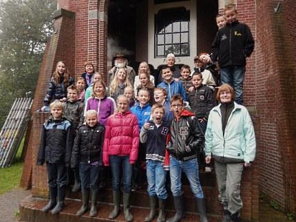 De kinderen van Groep 8 o.l.v. Juf van der Sluis en Christien Dirkse, Govert Versteeg, Liseth Elbertsen en Louis Fraanje. (Foto: Jan den Otter)