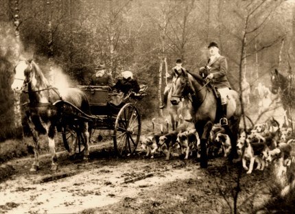 Op deze oude foto zien we links de heer van Doorninck – terug uit het gijzelaarskamp – samen met zijn zus Stien op de jachtwagen tijdens een jacht achter de meute. De ruiter rechts op de voorgrond is onmiskenbaar Master Daan Modderman (Foto: Archief A.J.A.M. Lisman)
