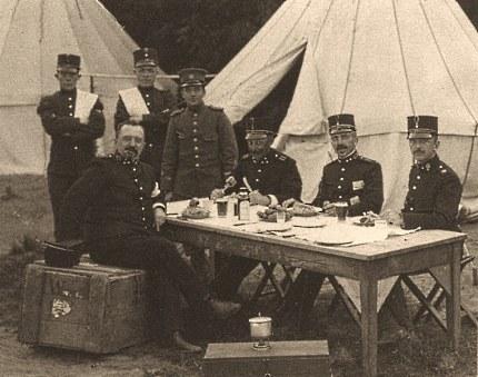 Bataljonscommandant met officieren in het tentenkamp Foto: Gemeentearchief Ede (klik om te vergroten)