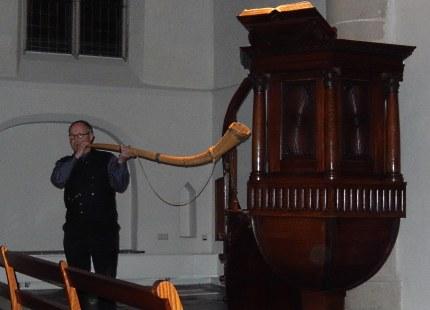 Ben Jonker blaast in de kerk op zijn Midwinterhoorn