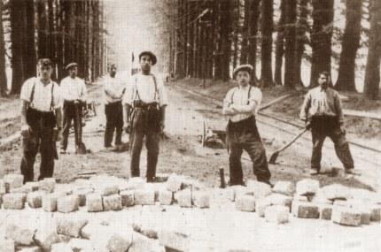 Stenenleggers op de Middachter Allee