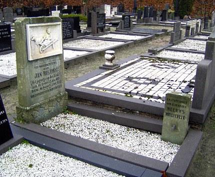 """Op een eenvoudige zerk, op het kerkhof in Emmen staat als gedenkteken aan Jan Holties, """"Het jagertje op de krooi"""" Aan het voeteneinde staat de steen van Meeuws Middelveld, de witte duif is helaas verdwenen (Foto: Louis Fraanje)"""