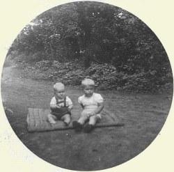 Henk en zijn broertje in de tuin bij Arend Boer (Archief: Henk Reinders)