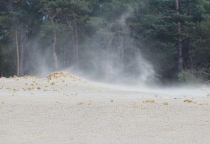 Het zand doet op winderige dagen zijn werk.