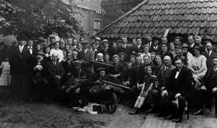 Zittend in de kruiwagen is Jan Holties met daarnaast zittend op de handvaten kruier Meeuws Middelveld.  (klik om te vergroten)