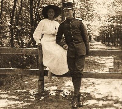 Jac. Gazenbeek in wapenrok met zijn meisje Geertruida (Truus) Baljet Foto: Archief JGS (klik om te vergroten)