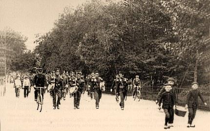 Uit Harskamp (ISK) lopende militairen met tamboers voorop over de Stationsweg naar Station Ede-Staatspoor in 1904 Foto: Gemeentearchief Ede (klik om te vergroten)