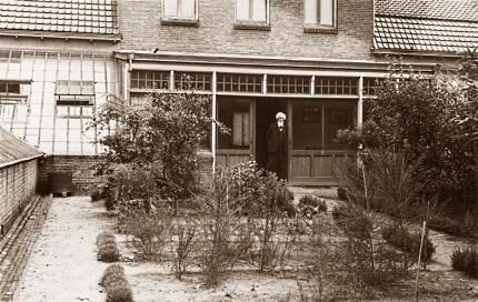Hugo de Vries op de veranda van De Diest foto: Archief JGS