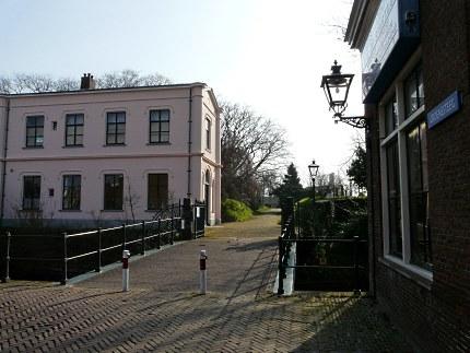 De ingang van Groenesteeg, met links de oude aula ( Foto: Fransien Fraanje)