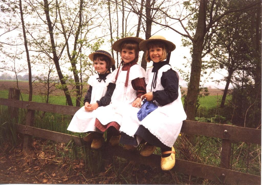 Drie kleuters op een hek - Foto: ©Louis Fraanje