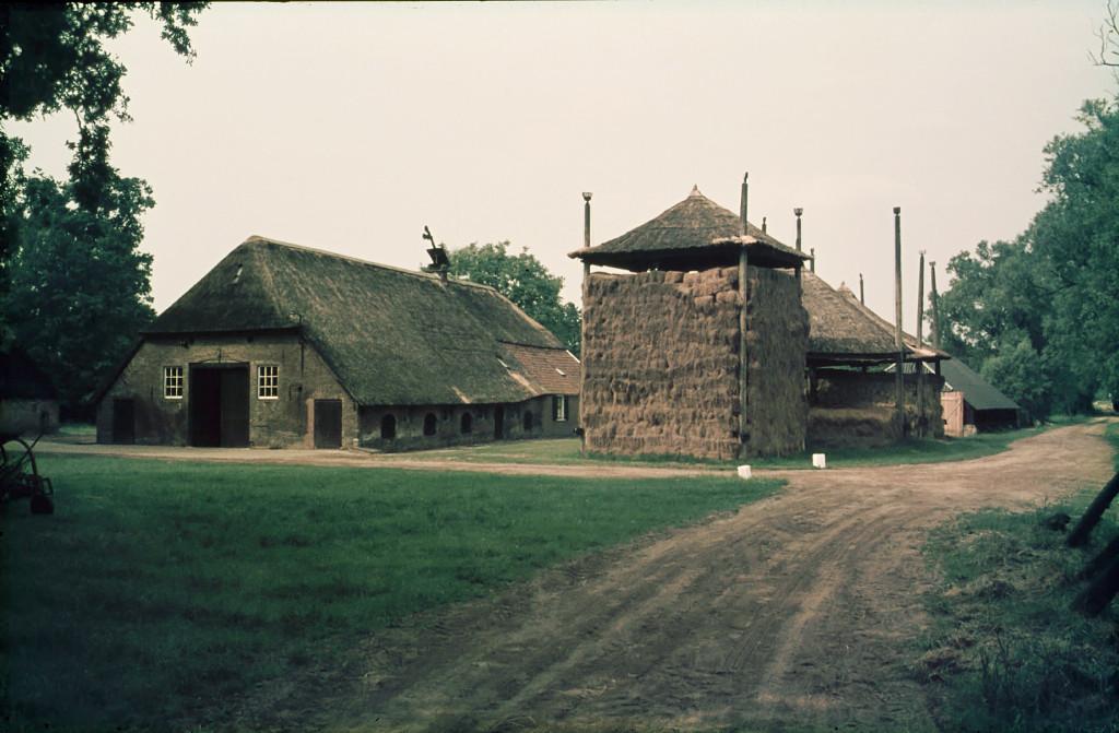 2 foto Boerderij Groot Hell in 1975