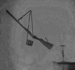 4 - De hammerless van Jac. Gazenbeek met verrekijker aan de muur