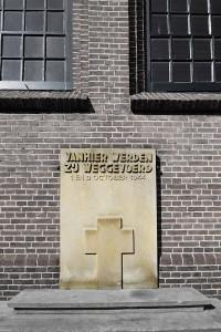 Veluwe en WOII_4_Razzia_Putten_steen bij kerk