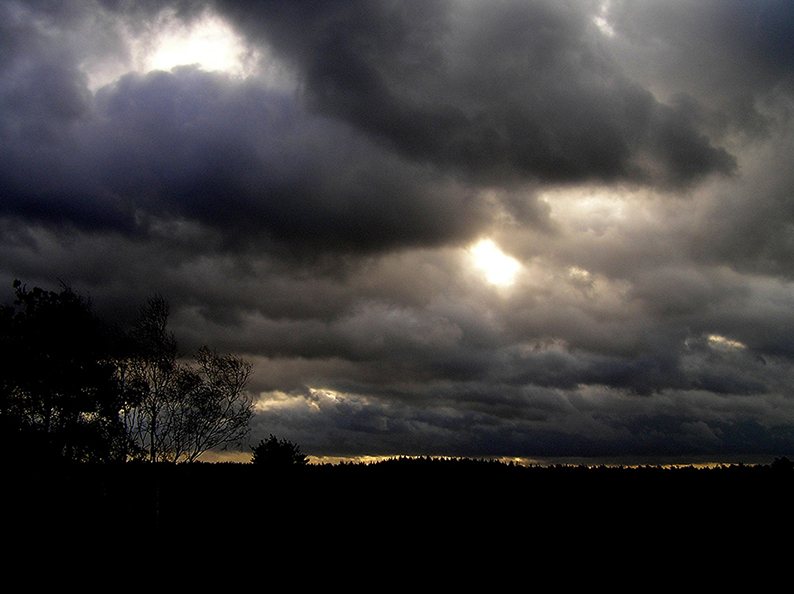 OLYMPUS DIGITAL CAMERAEen gitzwarte lucht, die vol dreigende donderkoppen zat, haalde ons in - Foto: Christien Mouw