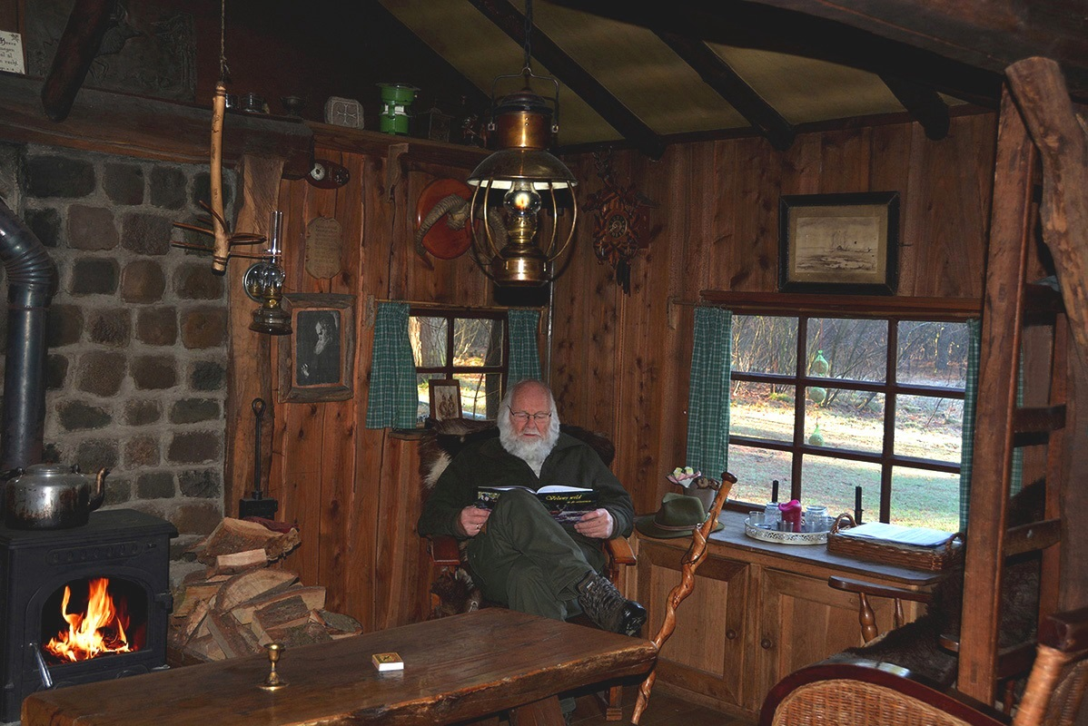 Louis lekker onderuit gezakt bij het haardvuur in de oude jachthut - Foto: ©Fransien Fraanje