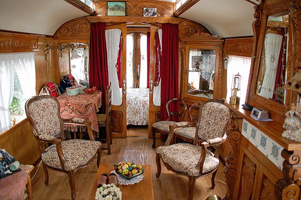 15791017Het schitterende interieur van de woonwagen van Kees en Dina Top - Foto: Boy Imminck