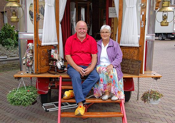 15791018Het (zigeuner)echtpaar Kees en Dina Top uit Barneveld voor hun woonwagen - Foto: Boy Imminck