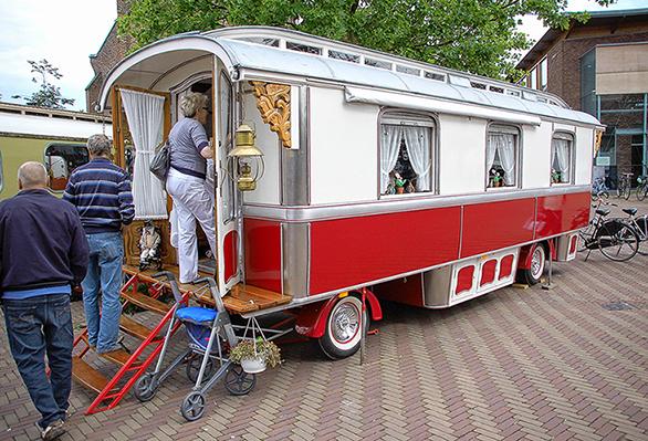 15791027Op de Oud Veluwse Markt in Barneveld(2011) trok de wagen veel bekijks - Foto: Boy Imminck