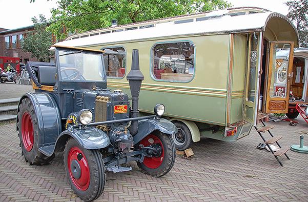 15791028De woonwagen van de familie Eerenvelt uit Kootwijkerbroek. Op de voorgrond de Lanz Bulldog - Foto: Boy Imminck