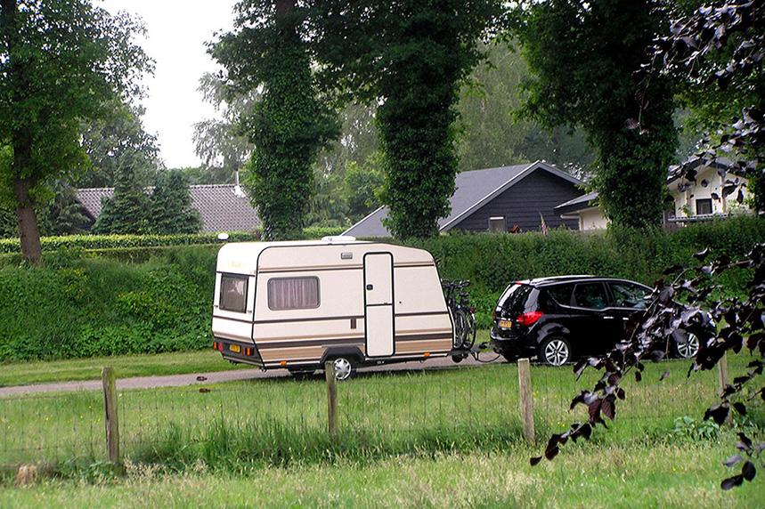 De caravan gepoetst achter de auto - Foto: Christien Mouw