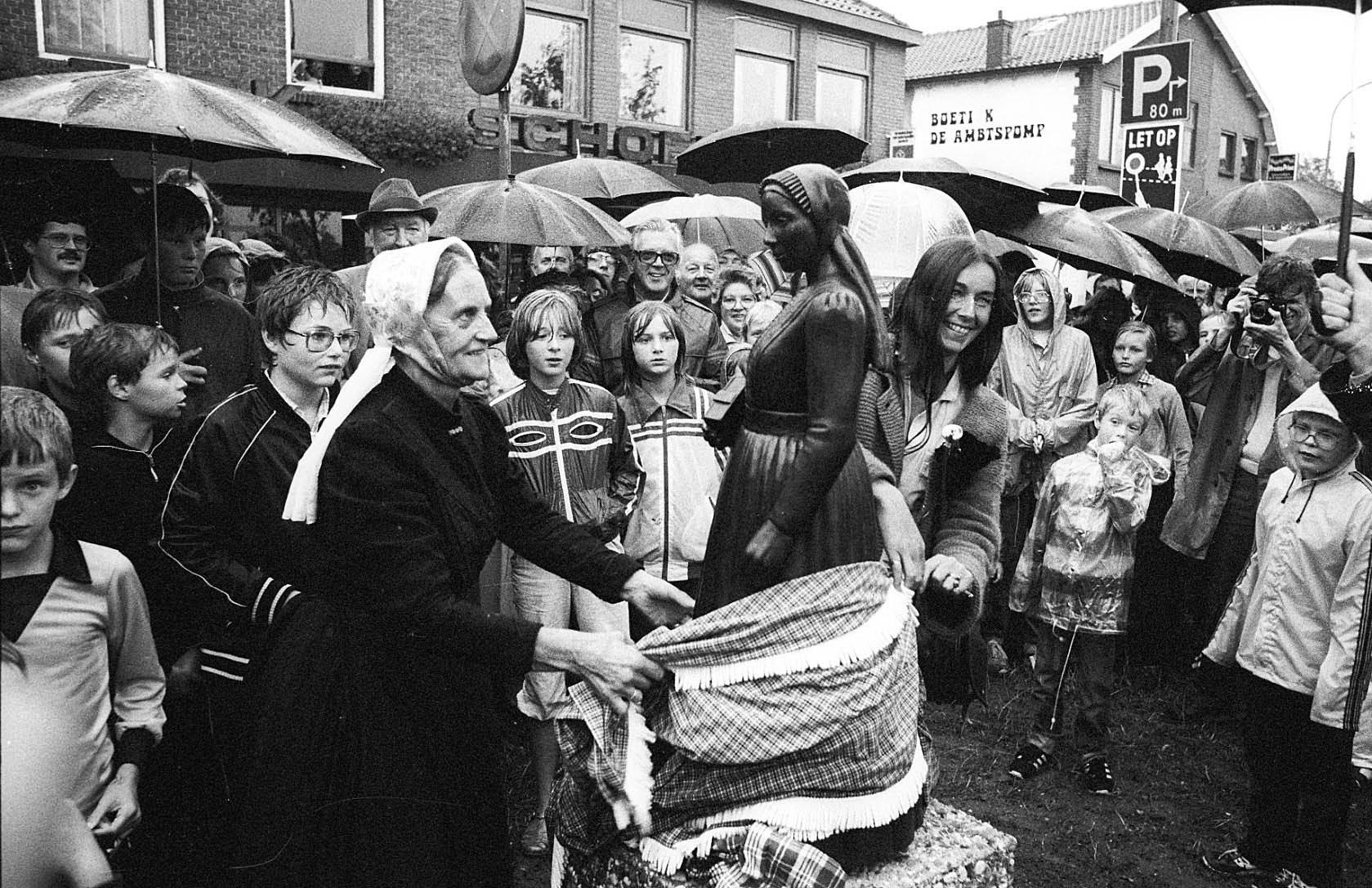 """Marie ten Ham samen met Elly van den Broek bij de onthulling van het """"Lunters Vrouwtje"""" – Foto: Jan Pit/BDU"""