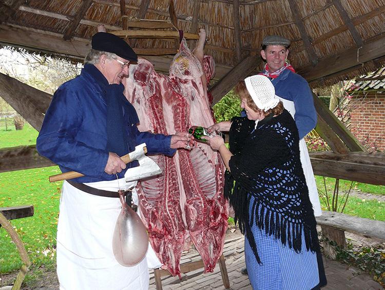 p1420127-kopie-klSjaan van de Molenpol schenkt een borreltje in tijdens het 'vetprijzen' - Foto: Louis Fraanje