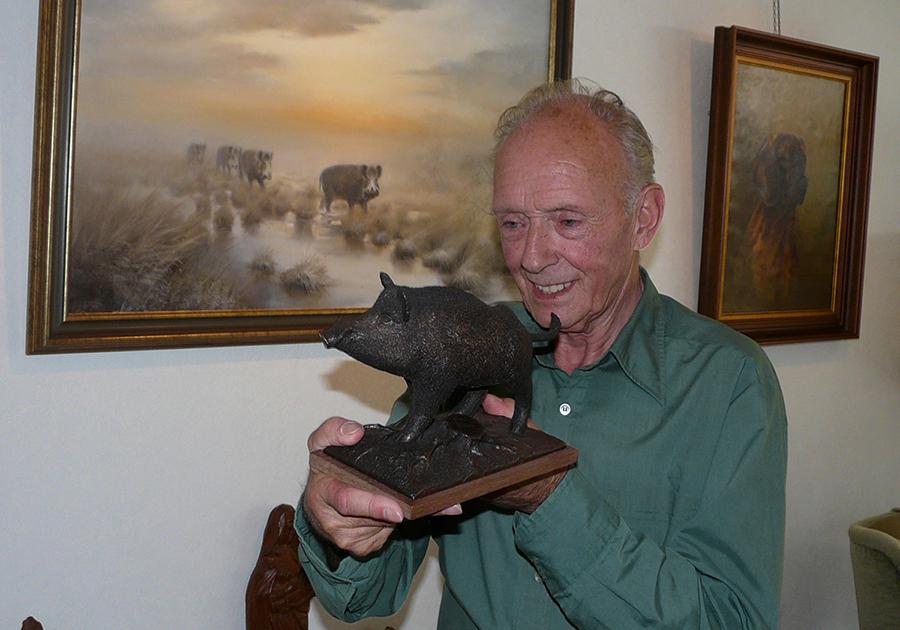 Jac. Planta toont trots een bronzen zwijn, dat hij zelf maakte - Foto: ©Louis Fraanje
