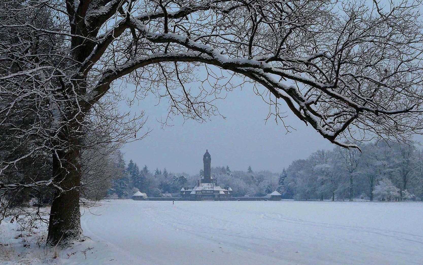 p1700093-2-scherpHet Jachthuis Sint Hubertus op de Hoge Veluwe in de winter - Foto: ©Louis Fraanje
