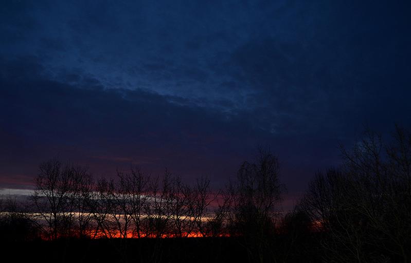De eerste kleurrijke strepen van het morgenlicht verschijnen aan de horizon - Foto: ©Louis Fraanje