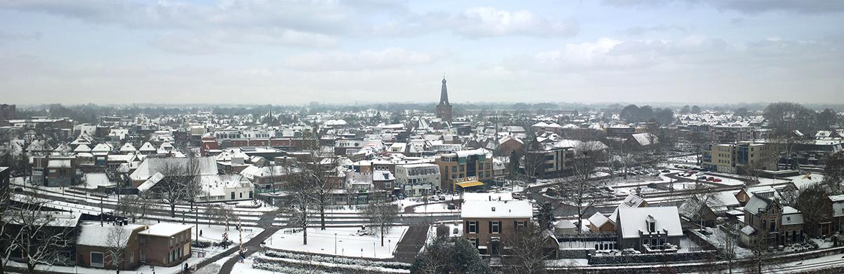 Het dorp Barneveld, gezien vanuit de richting van kasteel De Schaffelaar - Luchtfoto: Jan van Uffelen